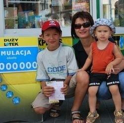 11-letni Radek Szurnicki wysłał kupon już wczoraj. Kiedyś wygrał czwórkę. Ma nadzieję, że dziś szczęście też go nie opuści. Do kolektury przyszedł z mamą Ewą i kuzynem, Marcelem Przywojskim.