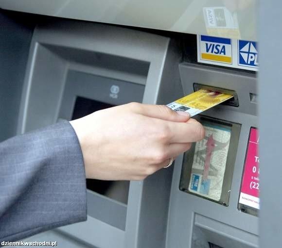Pensja powinna być wypłacana w gotówce. Inne formy wypłaty, w szczególności przelew na rachunek bankowy, wymagają uprzedniej zgody pracownika wyrażonej na piśmie. Nie można płacić pracownikom w naturze, np. w towarach produkowanych przez dany zakład pracy.