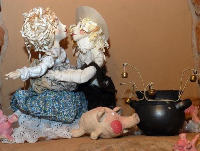 Wystawa lalek w KrośnieRecznie wykonane lalki, m.in. postacie z baśni Andersena, mozna do konca lutego oglądac w Krośnie, na wystawie w Piwnicy PodCieniami przy Rynku.
