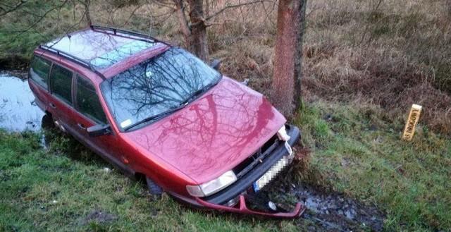 """Na poboczu """"trasy śmierci"""" na wysokości miejscowości Piaski z drogi wypadł volkswagen passat. Samochód ugrzązł kołami w błocie. Kierowcy w volkswagenie nie ma.Volkswagen musiał wypaść z drogi w środę, 3 stycznia z samego rana lub w nocy. Samochód ugrzązł w błocie. Wcześniej jeszcze uderzył w coś przodem, najprawdopodobniej lekko w drzewo.Na miejscu nie ma jednak nikogo. Wygląda na to, że kierowca porzucił samochód. Pojazd nie utrudnia ruchu na trasie.Tragiczny Nowy Rok. Śmiertelny wypadek na drodze S3 na wysokości Gorzowa. Zginęła jedna osoba"""