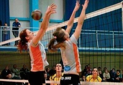 Atak Siarki blokują Dorota Szymska i Eliza Koperczak Fot. Aleksander Gąciarz