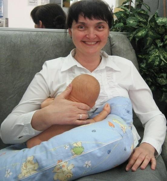 """Pozycja spod pachy - idealna przy nawałach mlecznych, gdy w piersi robią się zastoje. Zazwyczaj powstają w górnej zewnętrznej części piersi. Dzięki temu ułożeniu, dziecko je """"ściągnie""""."""