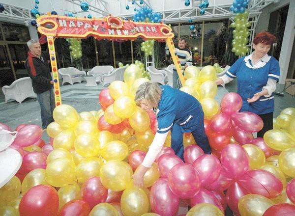Załoga OSW Kielczanka w Kołobrzegu już wczoraj stroiła salę na sylwestra. Tu goście będą się bawić w rytmie disco z przebojami ABBY.