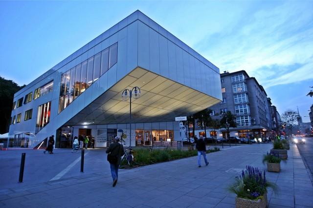 Centrum Filmowe w Gdyni. Ledwo otwarte, a już wysoko nagrodzone!Gdynia w tym roku wzbogaciła się o trzy sale projekcyjne - kino Warszawa, kino Goplana oraz kino Morskie Oko. Są one częścią Gdyńskiego Centrum Filmowego. Mieści się w nim też Gdyńska Szkoła Filmowa. Odbywały się tu  niektóre pokazy Festiwalu Filmowego. Obiekt zaprojektowany przez gdyńską pracownię Arch-Deco otrzymał główną nagrodę architektoniczną Eurobuild Awards 2015 przyznawaną przez przedstawicieli rynku nieruchomości komercyjnych.Wideo: Gabriela Król