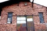 Napisy na cegłach na PKP w Krośnie Odrzańskim. Mieszkańcy i przyjezdni pozostawili swój ślad na dawnym dworcu kolejowym