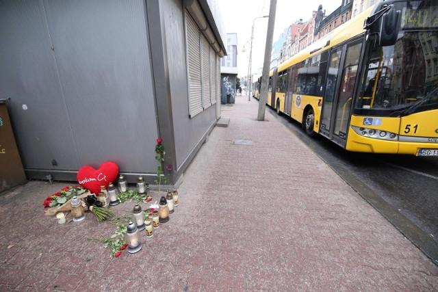 Tragedia w Katowicach, w której zginęła 19-letnia matkadwójki dzieci, według prokuratury była zabójstwem. Czy kierowcaautobusupod kołami którego zginęła 19-latka jest zabójcą czy kolejną ofiarą tej tragedii rozstrzygniejużsąd.