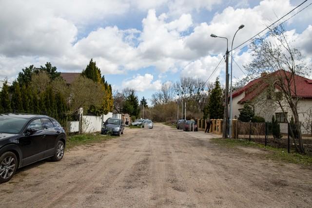 Już siedem late temu przygotowywano dokumentacje na przebudowę ulicy Długiej. Nawierzchnia nadal nie jest utwardzona