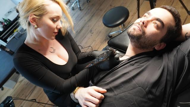 """Atlvnta (Kasia Golomska i Kamil Durski) przedstawia """"Anthrax"""" czyli klip jak życie. Obraz jest rejestracją prawdziwej sesji tatuażu Kamila"""