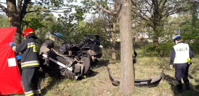 Do zdarzenia doszło w niedzielę po 6.00 rano. Z nieznanych przyczyn samochód zjechał z drogi i uderzył w drzewo.W wyniku wypadku zginęła jedna osoba. Policja wyjaśnia okoliczności zdarzenia.Wypadek miał miejsce na wysokości ulicy Łupkowej. Ze wstępnych informacji wynika, że auto osobowe wypadło z drogi i z dużą siłą uderzyło w drzewo. Na miejscu zginął 19-letni kierowca.- Ze wstępnych ustaleń wynika, że 19-letni kierujący samochodem audi, jadący w kierunku Strykowa, po ominięciu ulicy Łupkowej zaczął wyprzedzać jadącego w tym samym kierunku Fiata Panda. W pewnym momencie z niewyjaśnionych przyczyn, stracił panowanie nad pojazdem, zjechał na lewą stronę z jezdni i uderzył w przydrożne drzewo. Niestety w wyniku odniesionych obrażeń 19-latek poniósł śmierć na miejscu.- mówi Adam Kolasa z łódzkiej Policji.