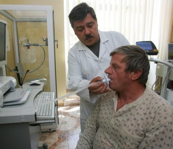 - Dzięki nowoczesnemu urządzeniu do pomiaru tlenku azotu w wydychanym powietrzu wykrywamy astmę - mówi dr Grzegorz Zioło, ordynator oddziału chorób płuc.