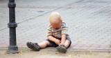 4-letni Fabian sam na ulicy. Mama w tym czasie spała