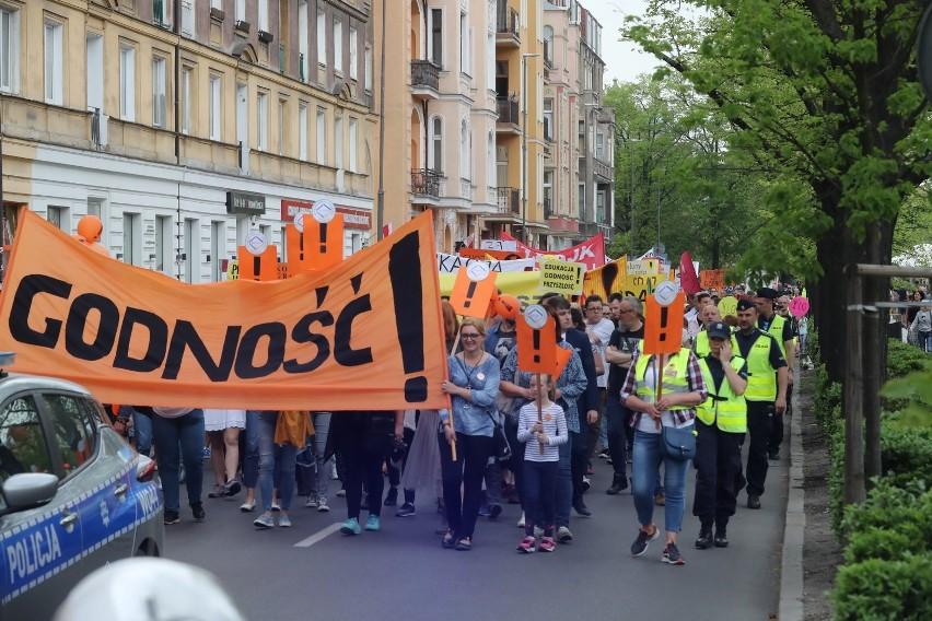 Marsz z wykrzyknikiem i manifestacja. Nauczyciele znów na ulicach Szczecina [ZDJĘCIA, WIDEO]
