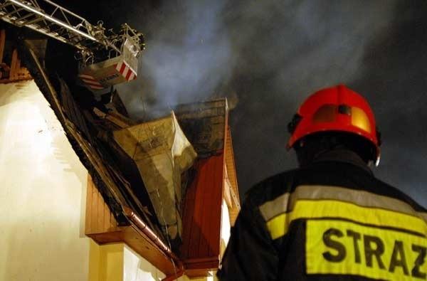 Z pożarem kościoła walczyło kilkudziesięciu strażaków: zawodowców i ochotników.