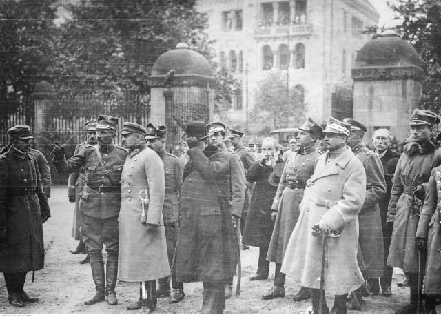 Józef Piłsudski rozmawia z gen. Dowbor-Muśnickim. Po prawej na pierwszym planie gen. Haller.