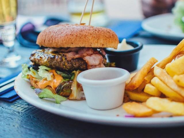 Dziś obchodzimy Światowy Dzień Burgera! Kto ich nie lubi? Chyba nieliczni. Przygotowaliśmy specjalnie dla Was zestawienie TOP 15 lokali z pysznymi burgerami w Białymstoku.Lokale zostały wybrane przez naszych Internautów na fanpage'u Kuriera Porannego.