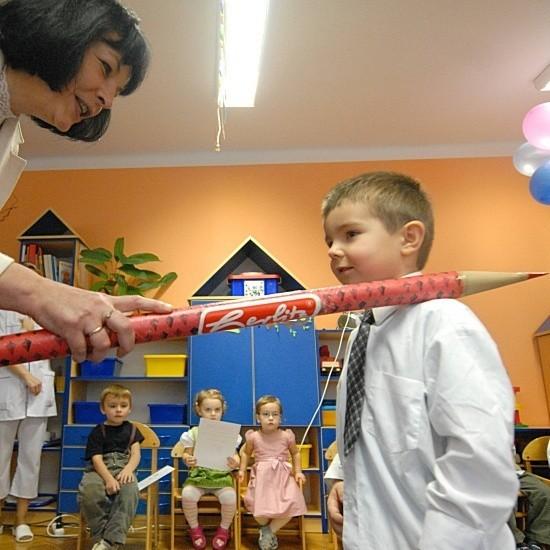 Trzyletni Aleks z Przedszkola nr 18 przy ul. Łużyckiej jest pasowany na pełnoprawnego przedszkolaka przez dyrektorkę placówki Katarzynę Gawłowską