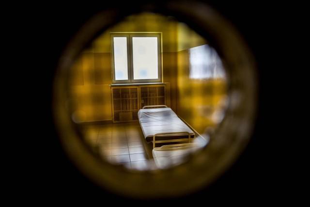 Jak zapewnia dyrekcja białostockiej wytrzeźwiałki sale i korytarze są teraz jeszcze częściej dezynfekowane. Personel został wyposażony w dodatkowe środki ochrony osobistej. Zaś nietrzeźwi, którzy mają niepokojące objawy chorobowe, są umieszczani w izolatce.