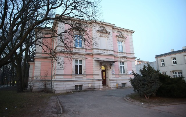 Inspektor Powiatowej Stacji Sanitarno-Epidemiologicznej wydał decyzję o skierowaniu 10 osób mających kontakt z zakażonymi do kwarantanny.