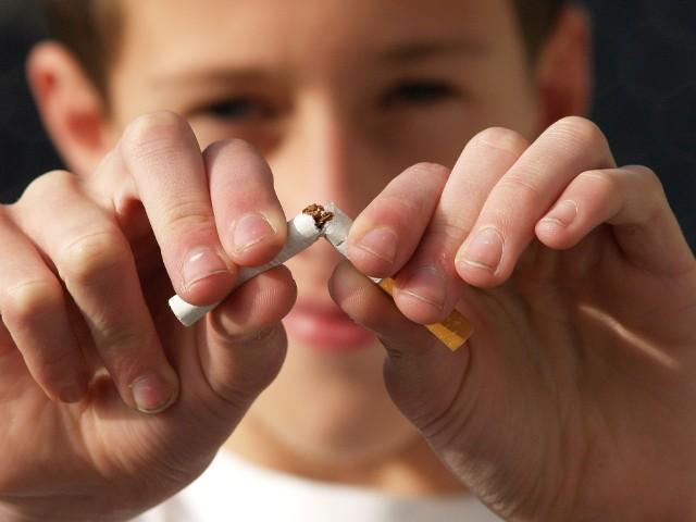 Papierosy z filtrem zostaną zakazane? Naukowcy domagają się zakazu sprzedaży papierosów z filtrem. Jak wyjaśniają, niedopałki przyczyniają się do zaśmiecenia świata.