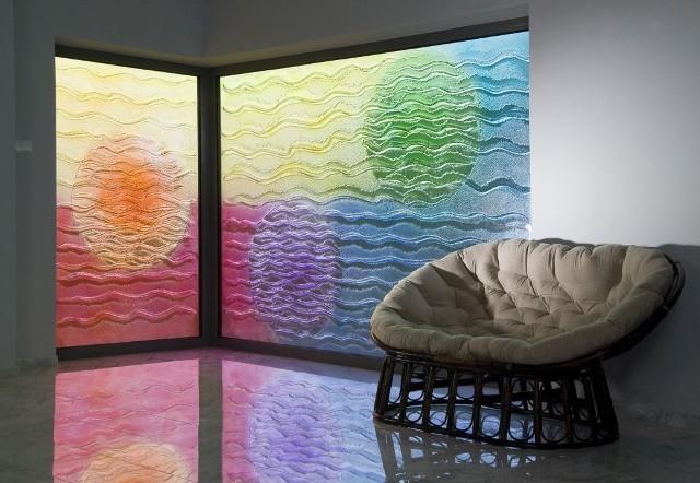 Przeszklenie ściany zewnętrznej - szkło artystycznePrzeszklenie ściany zewnętrznej pokazuje, że szkło we wnętrzu nie musi być płaskie, przezroczyste, pospolite i nudne.