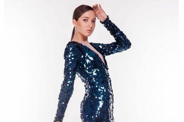Kobiety muszą błyszczeć i skrzyć się cekinami, tak jak modelka w kreacji projektu Basi Piekut z mo.ya fashion