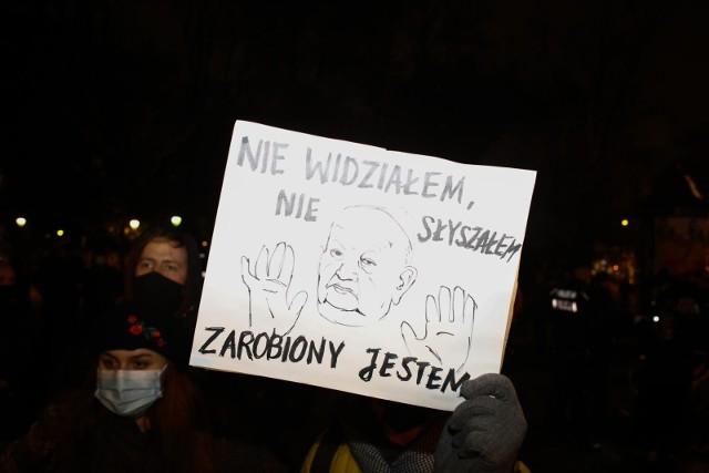 """Protest pod kurią krakowską w związku z emisją reportażu """"Don Stanislao""""  o kardynale Dziwiszu i tuszowaniu nadużyć seksualnych, w tym pedofilii, w Kościele katolickim"""
