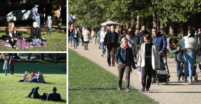 Jesień to piękny, kolorowy czas – w sam raz na spacery. A dobrze wiedzą o tym szczecinianie, którzy dziś wyruszyli cieszyć się wolnym dniem. Spacerowicze w Szczecinie – 10.10.2021