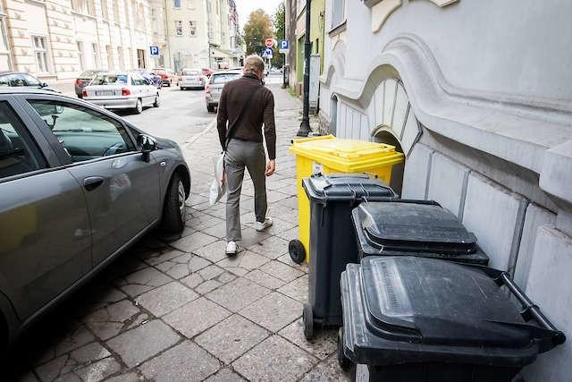 Kiepski widok i kiepska praktyka. Ratusz mówi, że zarządca budynku powinien zabrać te pojemniki z chodnika i na bieżąco je udostępniać...