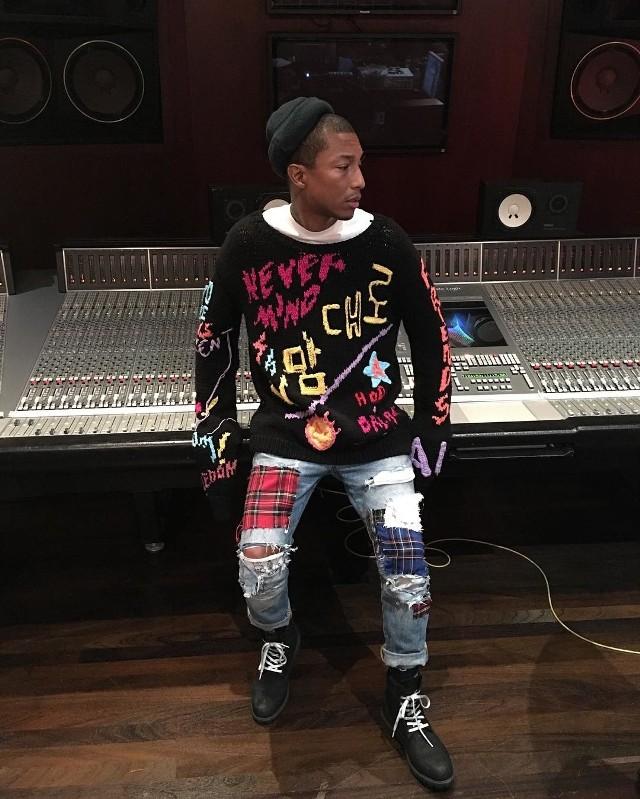 Nasz numer 1. czyli piosenkarz i producent Pharrell Williams.Od lat słynie z kolorowego, konsekwentnie awangardowego stylu.