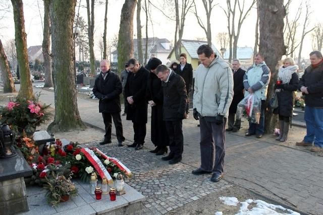 Członkowie zarządu powiatu krapkowickiego i radni złożyli kwiaty pod pomnikiem ofiar na cmentarzu w Otmęcie.