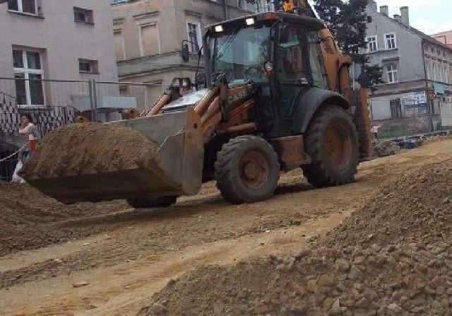 Żary. Poczekamy zanim skończą się korki w mieścieNa ul. Okrzei robota wre, budowlańcy sprężają się, by wyrobić się do końca miesiąca.