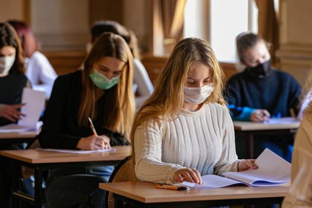 Arkusze i odpowiedzi z egzaminu maturalnego 2021 z języka angielskiego będą pojawiać się w tym artykule po godzinie 14. Zobaczysz je w dalszej części galerii >>>