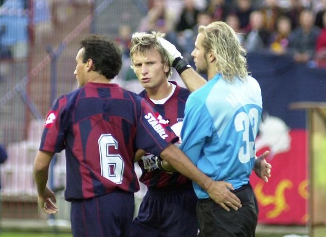 Radosław Majdan (z prawej) pociesza Tomasza Parzego (środku) i Claudio Milara po jesiennym meczu Pogoń -Wisła.