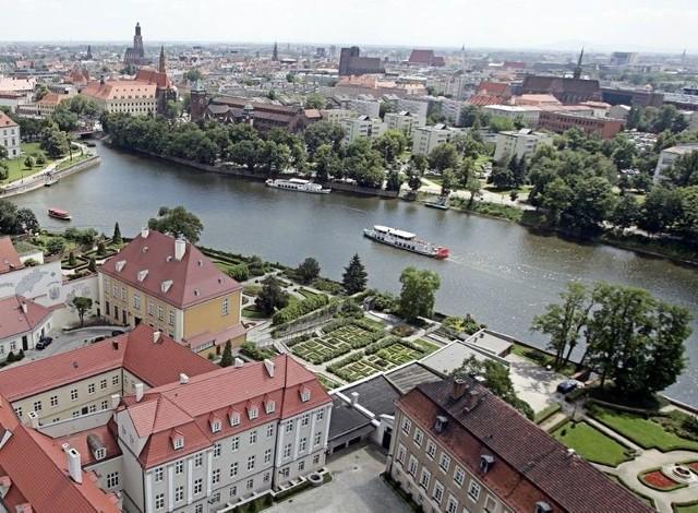 Możemy pochwalić się światowej sławy naukowcami w tym noblistami, a także muzykami, poetami, aktorami, czy miliarderami, którzy albo urodzili się we Wrocławiu, albo byli lub nadal są związani z naszym miastem. Na kolejnych stronach prezentujemy sławnych ludzi, często niekojarzonych z Wrocławiem, a przecież przez lata tu mieszkających i tworzących. Prezentujemy ich sylwetki wraz z miejscami, w których mieszkali.