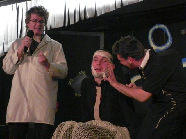 Kabareciarzom – Marcinowi Minkiewiczowi (z lewej) i Piotrowi Mozartowi Mocarskiemu (z prawej) towarzyszyli przyjaciele debiutujący na scenie (w środku)