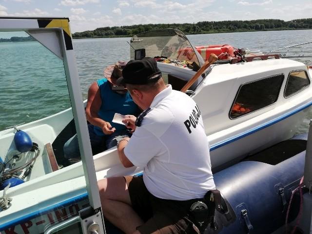 Policjanci - wodniacy prowadzą w wakacje działania nad i na jeziorze Gopło w Kruszwicy