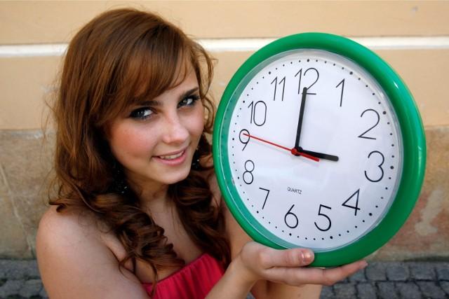 Tzw. czas zimowy obowiązuje od ostatniej niedzieli października, do ostatniej niedzieli marca. Warto dodać, że kiedyś - do połowy lat dziewięćdziesiątych ubiegłego wieku - zegarki z czasu letniego na zimowy przestawialiśmy w ostatnią niedzielę września.Na zdjęciu  Angelika Pachucy z Legnicy