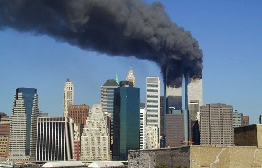 W zamachach z 11 września 2001 roku na Word Trade Center w Stanach Zjednoczonych zginęło prawie 3 tysiące osób. Zamachowcy uprowadzili cztery samoloty, które uderzyły w budynki WTC w Nowym Jorku i siedzibę Pentagonu pod Waszyngtonem. Czwarta maszyna rozbiła się na polu w Pensylwanii. Choć mija 19 lat od tamtej tragedii, wciąż żywe są teorie spiskowe na temat przyczyn bezprecedensowego zdarzenia.Zobacz najsłynniejsze teorie spiskowe dotyczące zamachów na WTC --->