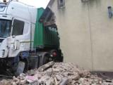 Wypadek pod Sępólnem. Ciężarówka wjechała ludziom do pokoju