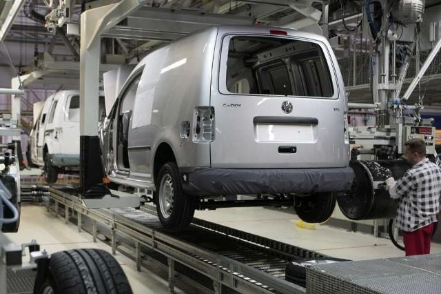 Fabryka Volkswagena powstanie we Wrześniu. Będą tam produkowany dostawczy crafter. Na zdjęciach fabryka w Poznaniu i Volkswagen Caddy