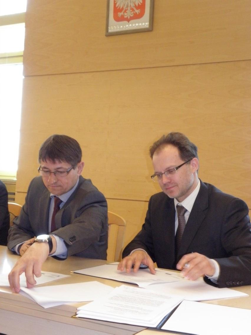 Umowę podpisali wójt Zbigniew Szczepański i Andrzej Dołżycki z firmy Skanska