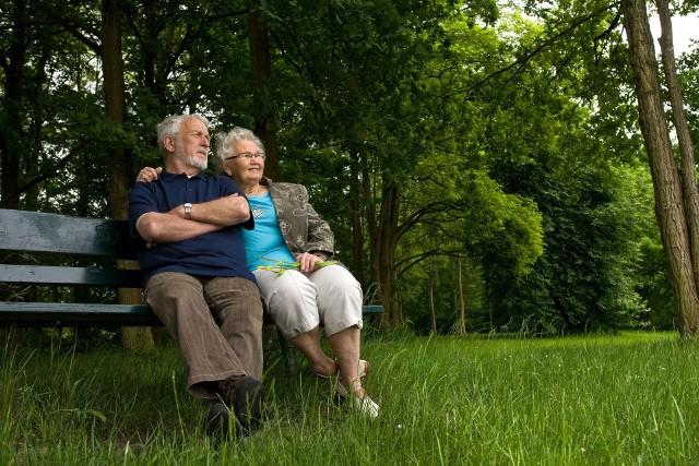 Dzięki planowanym zmianom w podatkach wielu emerytów dostanie już od stycznia 2022 wyższe świadczenia. Wszystkie emerytury wzrosną w przyszłym roku z powodu marcowej waloryzacji, a później na konta seniorów wpłyną także trzynastki. Nadchodzący rok pod względem finansowym zapowiada się więc dla większości emerytów korzystnie. Sprawdź, jakie zmiany czekają seniorów ---->