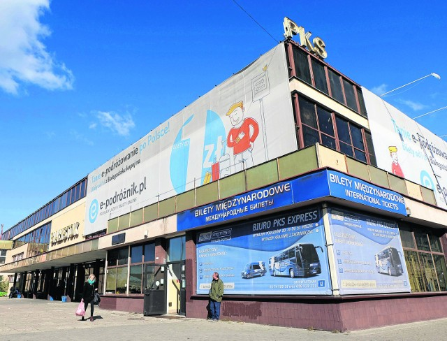 Dworzec PKS - niegdyś chluba Białegostoku, dzisiaj zniechęca podróżnych, jego szpetotę starają się zakryć reklamy. Wkrótce gmach zniknie z powierzchni ziemi. Zastąpi go mniejszy dworzec i galerie handlowe.