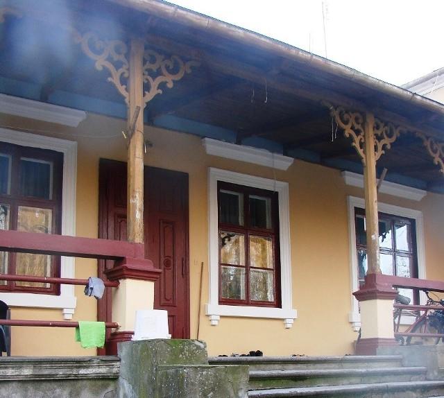 Murowany dwór we wsi Sielec w powiecie grójeckim został zbudowany w 1880 roku, dziś jest zamieszkały przez kilka rodzin.