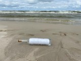 Morze wyrzuciło butelkę z listem, który zrozpaczony ojciec napisał do zmarłej córki! Znaleźli go turyści na plaży w Łebie