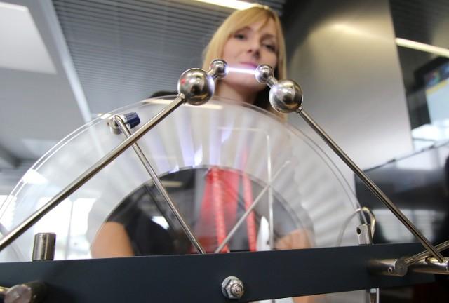 Maszynę Wyimshursta do wyładowań elektrycznych prezentuje Małgorzata Szymeczko.