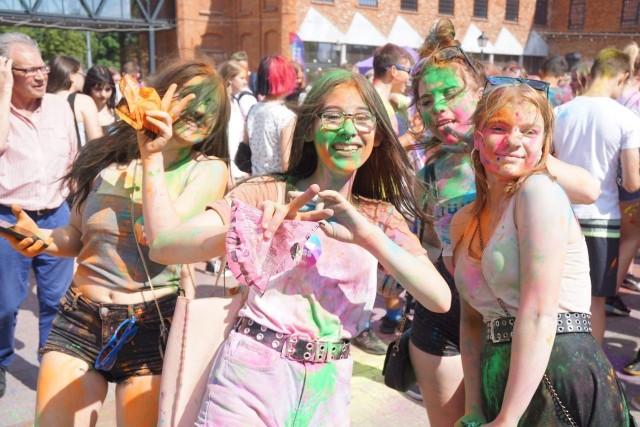 Holi Święto Kolorów – impreza o tej nazwie trwała przez kilka godzin w łódzkich Ogrodach Geyera w sobotę (19 czerwca).