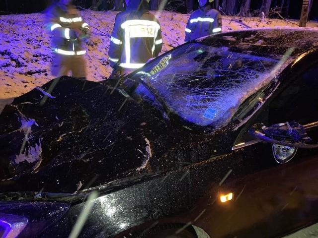 W Złocieńcu drzewo spadło na samochód. W środku były trzy osoby