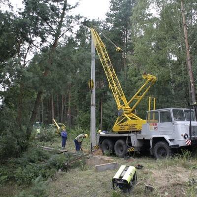 W niedzielę energetycy naprawiali szkody wywołane przez wichurę m.in. w okolicach wsi Mścichy koło Wysokiego Maz.