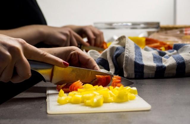 Doskonała przekąska na domową imprezę - surowe warzywa.